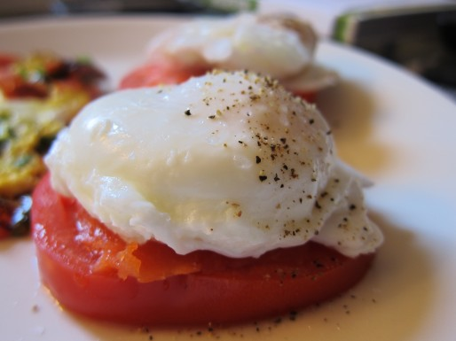 poached egg with salmon and tomato