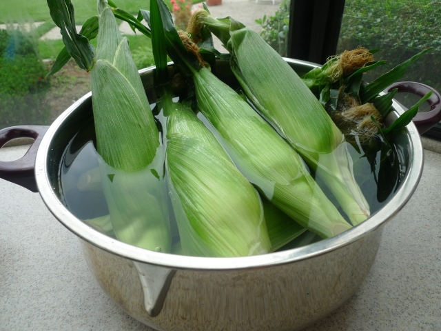 soak corn in husks in cold water for 25-30 min