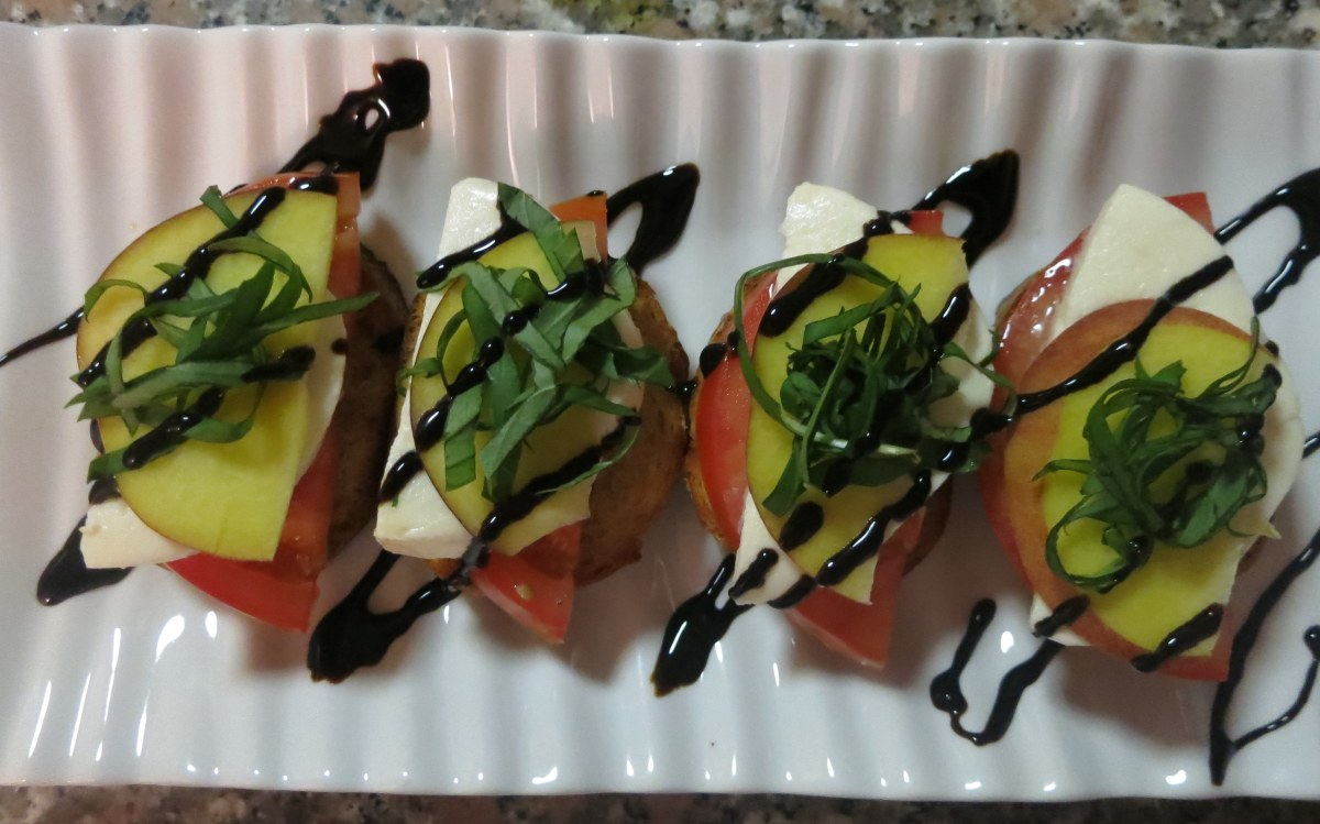 Peach, Tomato, and Mozzarella Crostini | food comas