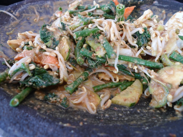 jukut mecantok - mixed veggies with peanut sauce